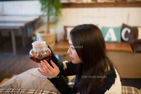 お茶の入ったポットを見ている女性の素材 [FYI01078572]