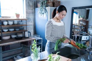 キッチンで野菜を洗っている女性の素材 [FYI01078574]