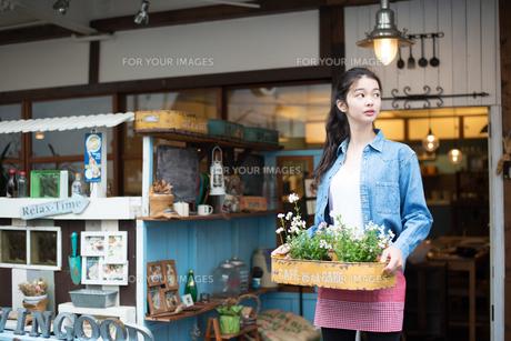 お店で働いている女性の素材 [FYI01078580]