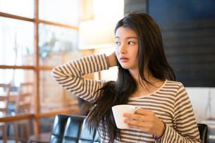 カフェでカップを持っている女性の素材 [FYI01078581]