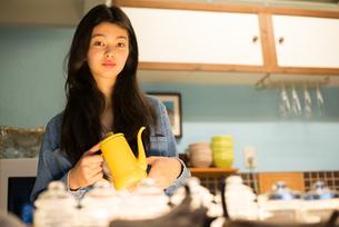 カフェで働いている女性の素材 [FYI01078583]
