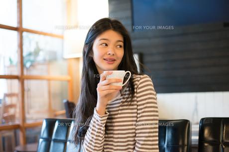 カフェでカップを持っている女性の素材 [FYI01078584]