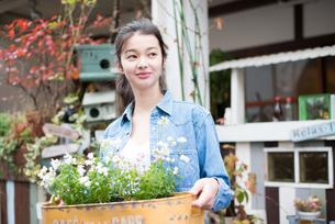 お花を持っている女性の素材 [FYI01078587]