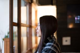窓の外を見ている女性の素材 [FYI01078589]