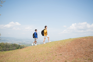 山を登っている男女の素材 [FYI01078591]