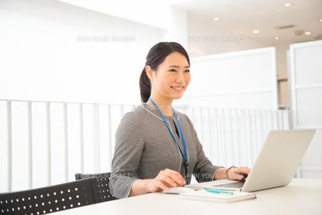 ノートパソコンで仕事をしている女性の素材 [FYI01078593]