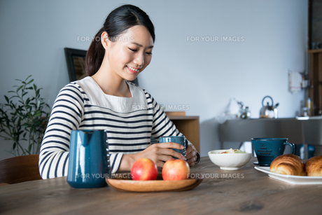 朝食風景と女性の素材 [FYI01078595]