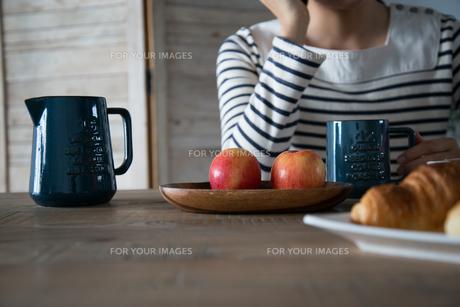 朝食風景と女性の手元の素材 [FYI01078596]