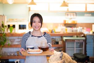 カフェで働いている女性の素材 [FYI01078598]
