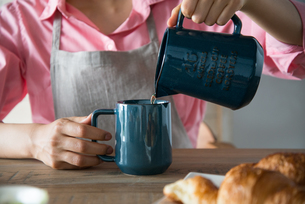 コーヒーを注いでいる女性の手元の素材 [FYI01078600]