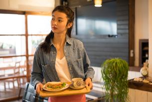 カフェで働いている女性の素材 [FYI01078601]