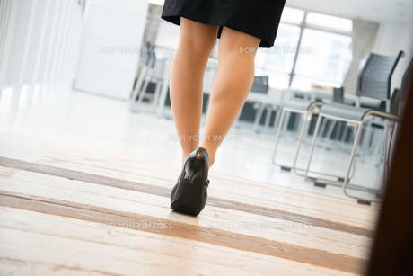オフィスを歩いている女性の足の素材 [FYI01078604]