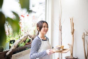 カフェで働いている女性の素材 [FYI01078612]