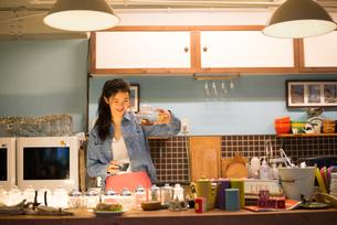 カフェで働いている女性の素材 [FYI01078614]