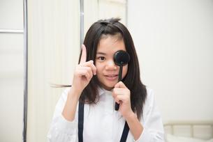 目の検査をしている小学生の女の子の素材 [FYI01078619]