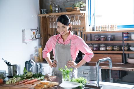 キッチンでポーズをしている女性の素材 [FYI01078620]