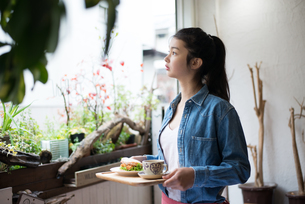 カフェで働いている女性の素材 [FYI01078623]