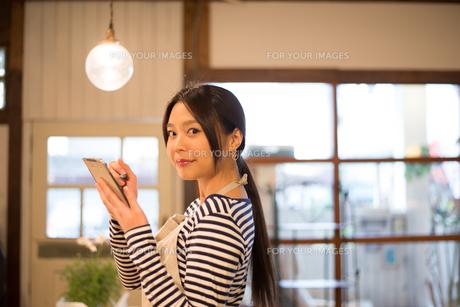 カフェで働いている女性の素材 [FYI01078626]