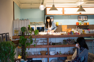 カフェで働いている女性の素材 [FYI01078628]