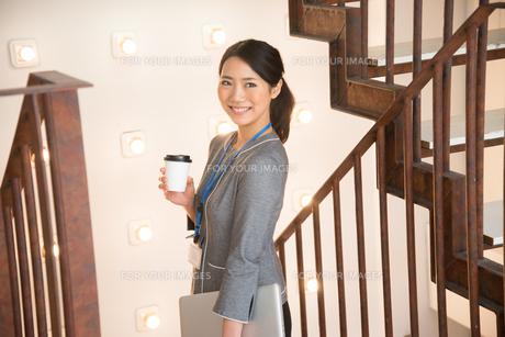 コーヒーを持っている女性の素材 [FYI01078634]