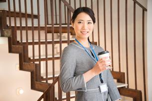 コーヒーを持っている女性の素材 [FYI01078640]