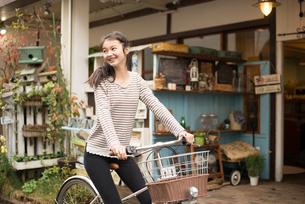 自転車に乗っている女性の素材 [FYI01078650]