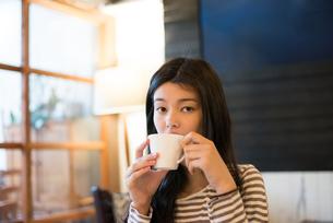 カフェでお茶を飲んでいる女性の素材 [FYI01078651]
