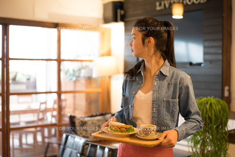 カフェで働いている女性の素材 [FYI01078652]