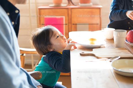 食卓にいる男の子の素材 [FYI01078659]