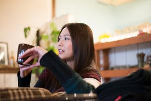 カフェでカップを持っている女性の素材 [FYI01078661]