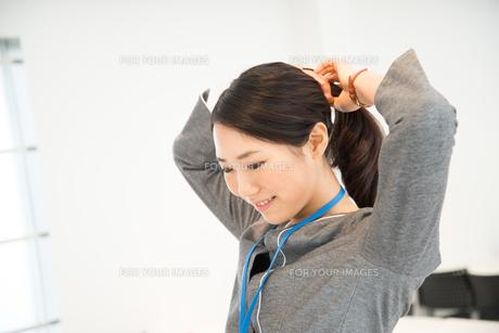 髪を結んでいる女性の素材 [FYI01078664]