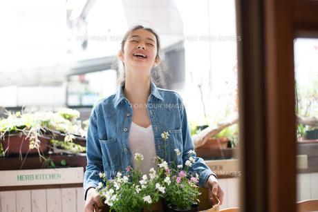 お店で働いている女性の素材 [FYI01078665]