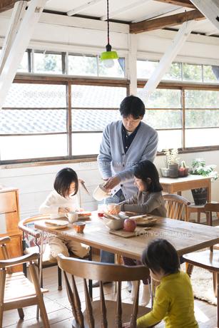 食卓にいる子供たちとお父さんの素材 [FYI01078667]