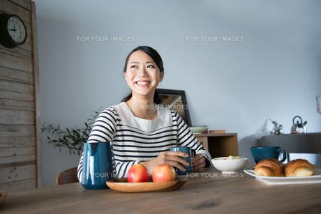 朝食風景と笑っている女性の素材 [FYI01078668]
