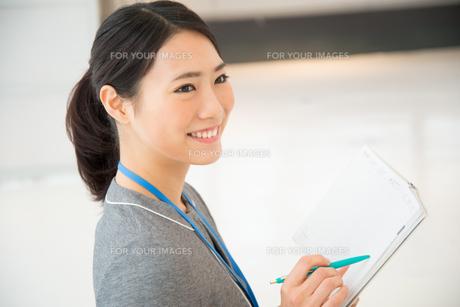スケジュール帳を持っている女性の素材 [FYI01078672]