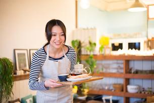 カフェで働いている女性の素材 [FYI01078673]