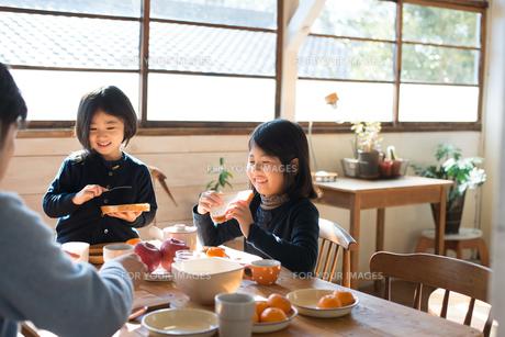 朝食を食べている家族の素材 [FYI01078676]