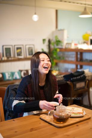 カフェで笑っている女性の素材 [FYI01078681]