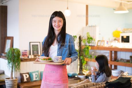 カフェで働いている女性の素材 [FYI01078684]