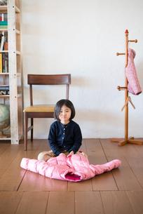 床の上のジャケットと女の子の素材 [FYI01078689]