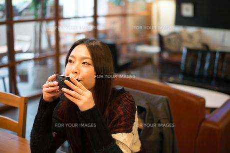 カフェでお茶を飲んでいる女性の素材 [FYI01078697]