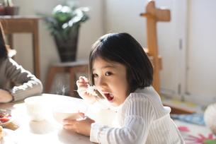 ごはんを食べる女の子の素材 [FYI01078700]