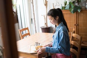 お茶をしている女性の素材 [FYI01078703]