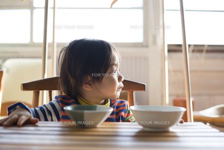 食卓にいる男の子の素材 [FYI01078730]