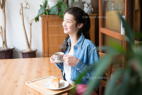 お茶をしている女性の素材 [FYI01078731]