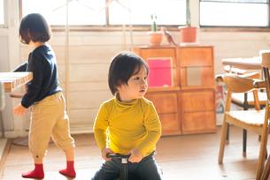 家でくつろいでいる子供たちの素材 [FYI01078732]