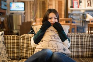 カフェでリラックスをしている女性の素材 [FYI01078741]