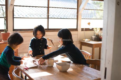 朝食の支度をしている子供たちの素材 [FYI01078744]