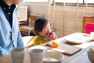 朝食を食べている家族の素材 [FYI01078747]