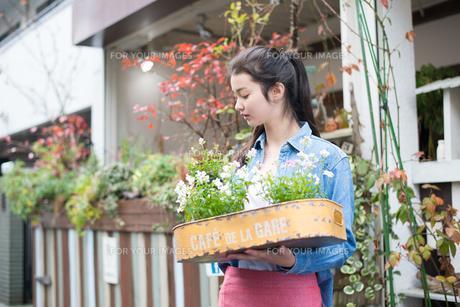 お花を持っている女性の素材 [FYI01078749]